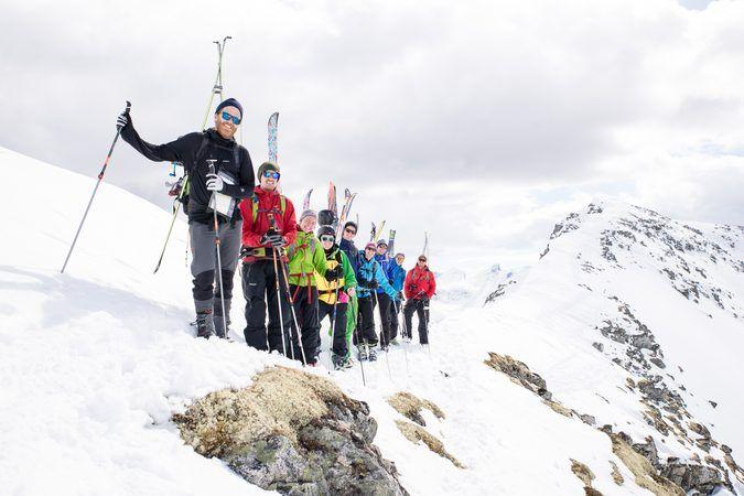 Ski-gjeng på toppen av et fjell