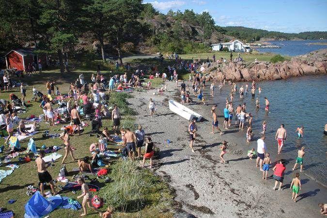 Barn og voksne på sommer-strand