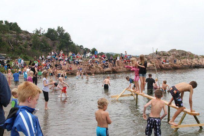 Barn som leker i vannet ved strandkanten