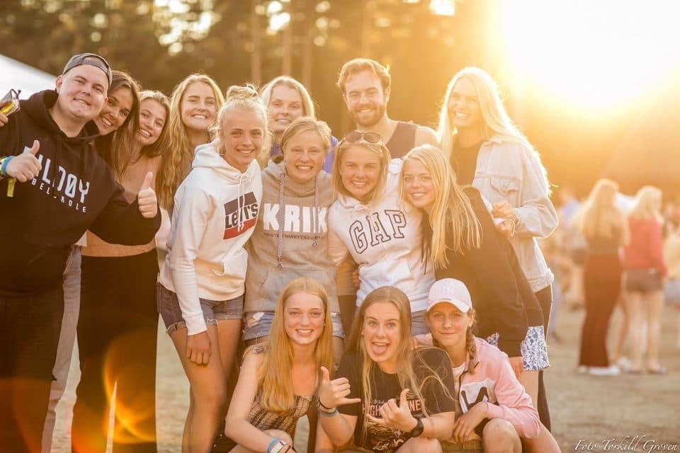 12 glade ungdommer på sommerleir